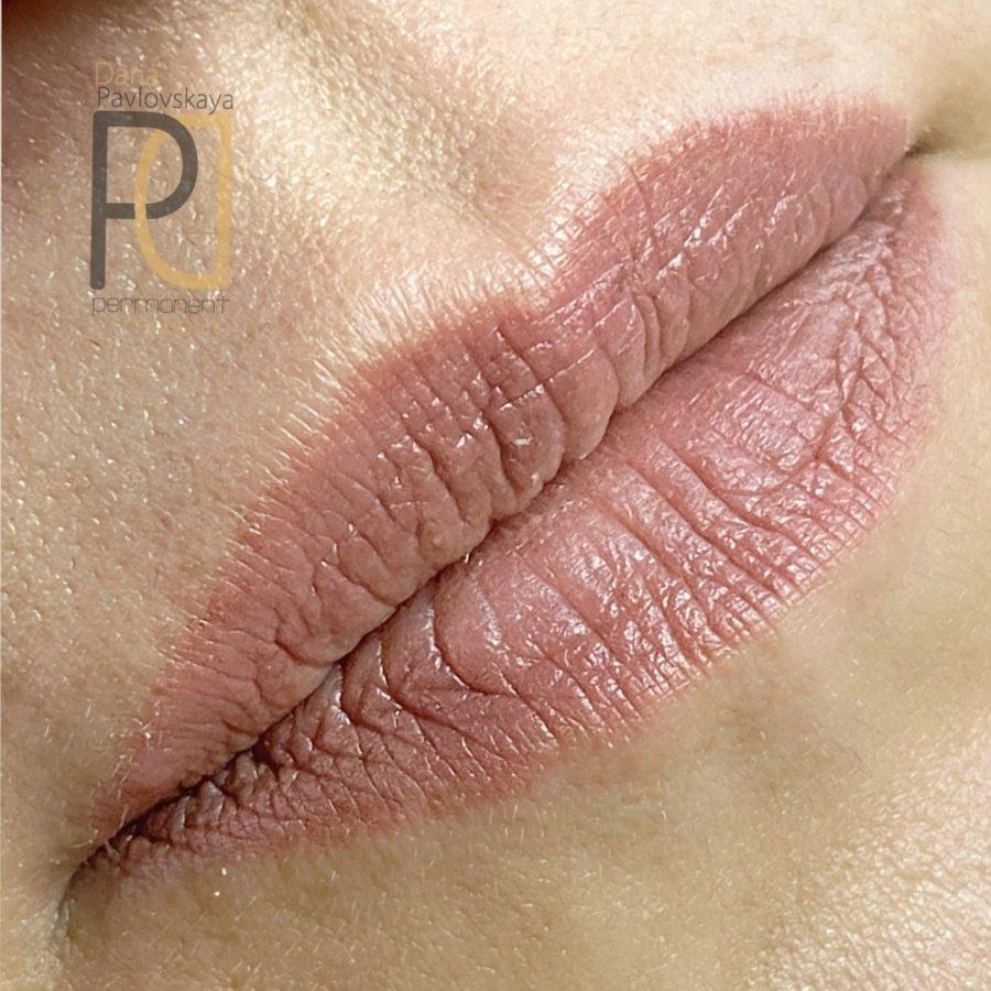 Заживший перманентный макияж губ спустя 2 месяца. «Карамельный» оттенок губ смотрится очень естественно, перекрывается любой помадой и подходит на каждый день.